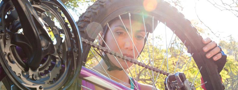 mujer con casco de bici